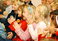 Kinder beim fidolino-Kinderkonzert in der Friedenskapelle