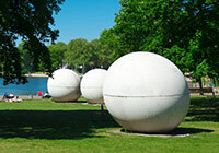 Claes Oldenburgs 'Giant Pool Balls' am Aasee